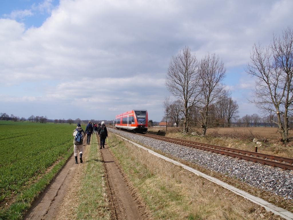Annenpfad-entlang-der-Bahnlinie-Pritzwalk-Wittstock-auf-Feldweg-RE-Regionalexpress-faehrt-vorbei