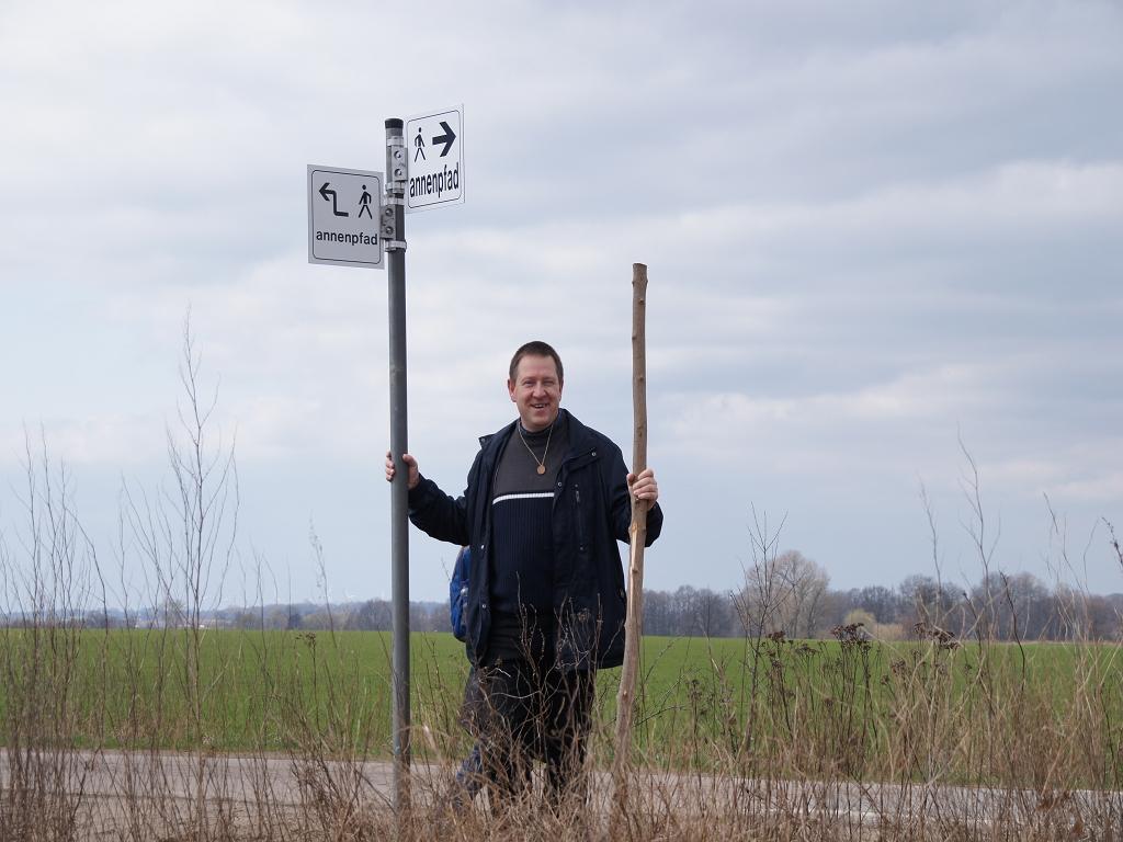 Heiligengraber-Buergermeister-Holger-Kippenhahn-an-Wegweiser-Annenpfad-Fahnenwegweiser-von-Stadt-Pritzwalk