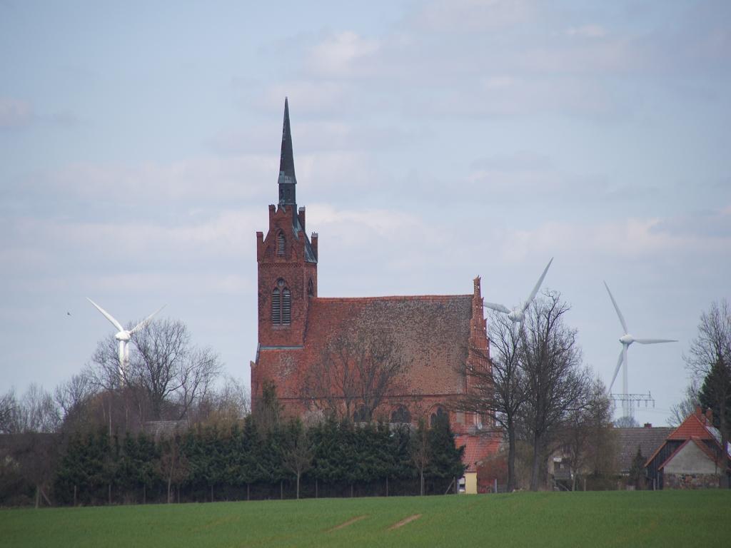 Annenpfad-Wallfahrtskirche-Alt-Kruessow-aus-der-Ferne
