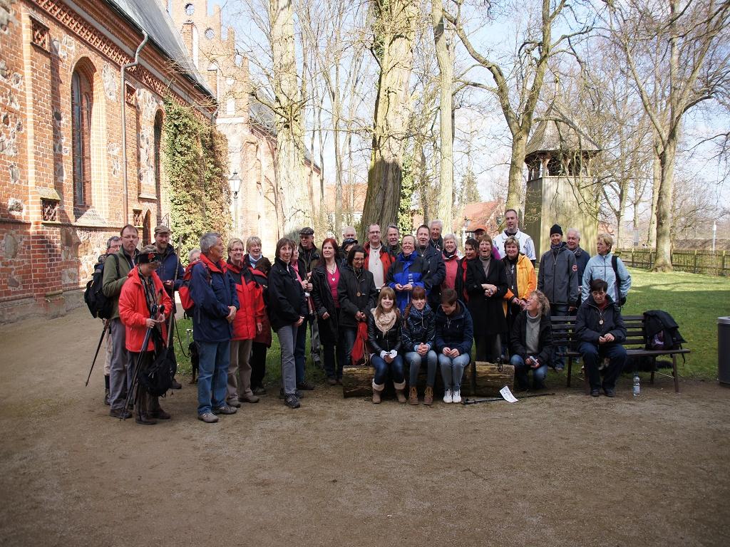 Pilgern-auf-dem-Annenpfad-am-Gruendonnerstag-2012-Gruppenfoto-Pilger-Gesamtstrecke-am-Start-und-Zielort-Heiligengrabe