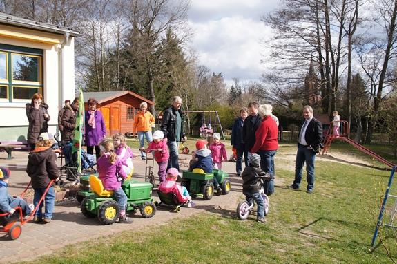 Spiel-Spass-und-Gespraeche-nach-Baumpflanzung-2012-in-Kita-Trollbluemchen-Blumenthal