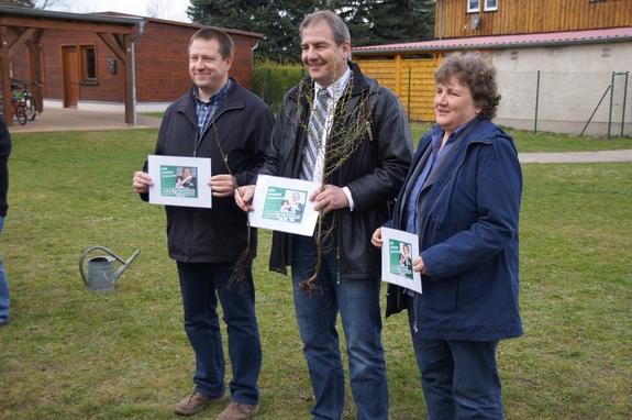 Weltweites-Schuelerprojekt-Stop-Talking-Start-Planting-bei-Baumpflanzaktion-2012-Kleine-Grundschule-Blumenthal-Baumpaten