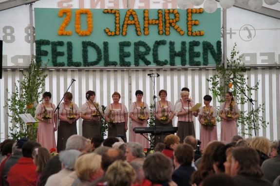 20-jahre-Blandikower-Feldlerchen-Buehne-Festzelt-mit-Blumen