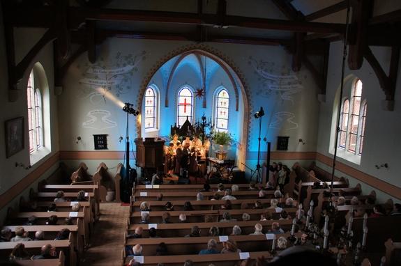 Kathy-Kelly-Konzert-mit-Feldlerchen-Blick-von-Empore-Blandikower-Dorfkirche
