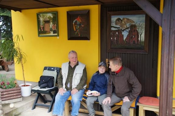 Offenes-Atelier-2012-Gemeinde-Heiligengrabe--Kunstmaler-Detlef-Gloede-im-Gespraech-mit-jungem-Kuenstler-Talent -und-dessem-Opa