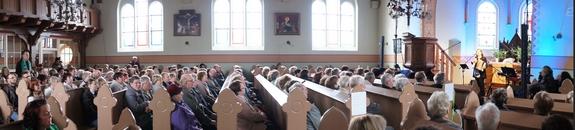 Panorama-Kathy-Kelly-Konzert-20-Jahre-Blandikower-Feldlerchen-in-Dorfkirche