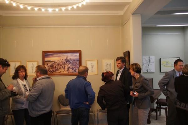 Künstler Glöde erklärt eines seiner Werke dem interessierten Publikum, darunter auch der Wusterhausener Bürgermeister Roman Blank