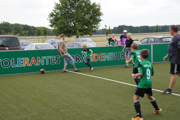 Duell auf dem DFB-Minispielfeld der Sportanlage Grabow beim Fußball-Camp von Frank Elser 2012