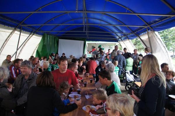 Kaffee und Kuchen im Festzelt am abschlusstag der Fußballschule Frank Elser in Grabow 2012