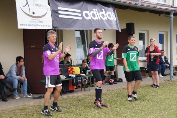 Musik und Stimmung kurz vor Abschluß und Siegerehrung des Champions-Day Grabow 2012 mit der Frank-Elser-Fussballschule