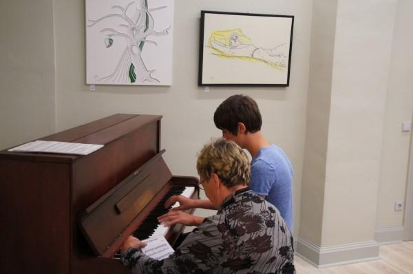 Musik vom Klavier - modern interpretiert - bei Vernissage des Künstlers Detlef Glöde im Herbst´schen Haus im Wusterhausener Wegemuseum