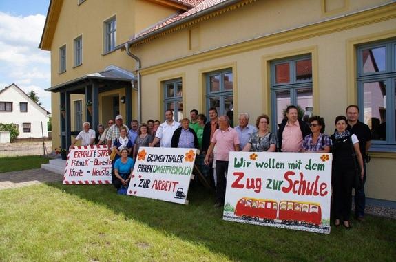 bahnprotest-der-Fahrenbacher-gegen--geplante-Kuerzungen-bei-Regionalbahnlinie-der-PEG