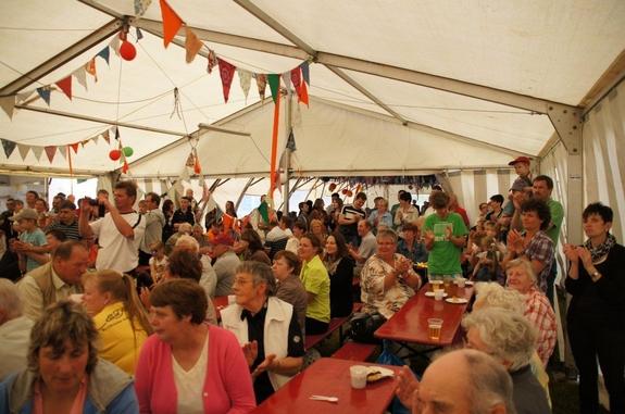 Fahrenbacher-Heiligengraber-und-Gaeste-im-Festzelt-Dorffest-50-jahre-FSV