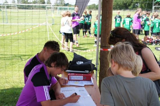 fleissige-Helfer-bei-der-Camp-Anmeldung-Fussballschule-Grabow-2012