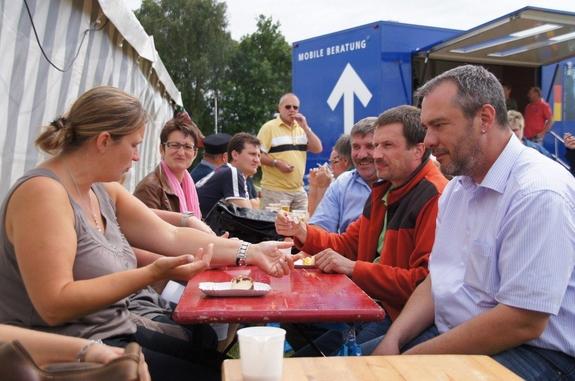 kaffepause-beim-Dorffest-Heiligengrabe-2012-vor-dem-Festzelt