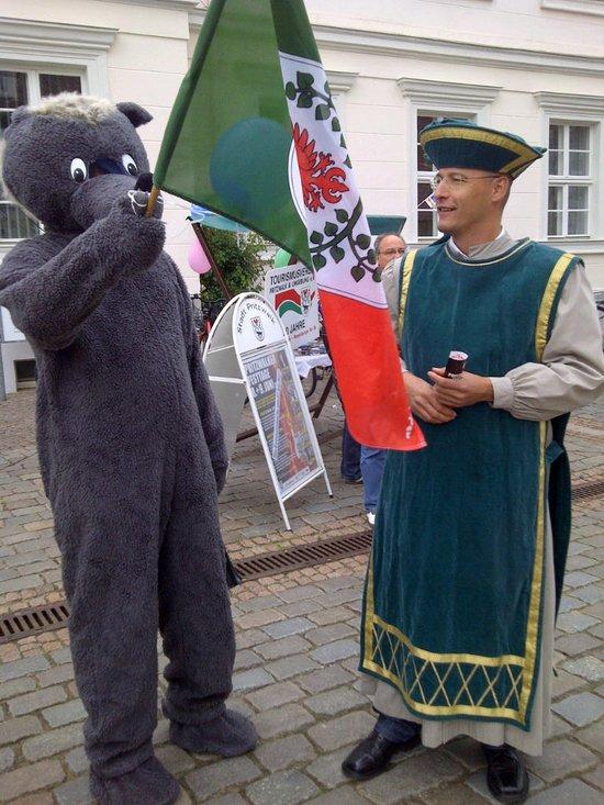 Knieperfuchs-und-stellvertretender-Buergermeister-Pritzwalk-Ronald-Thiel-beim-Empfang-der-TourdePrignitz-2012