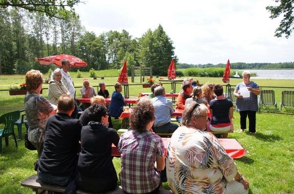 Mittagspause-des-fahrenbacher-besuches-am-Campingplatz-Koenigsberger-see-bei-Lola-Dannehl