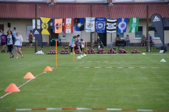 Trainingsplatz-vor-Mannschaftsflaggen