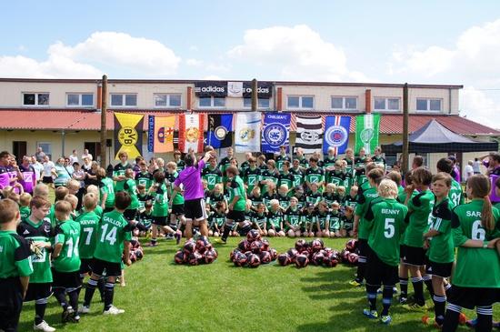 Vorbereitung-Gruppenfotos-durch-Frank-Elser-Fussballschule-mit-120-Kids-Grabow-2012