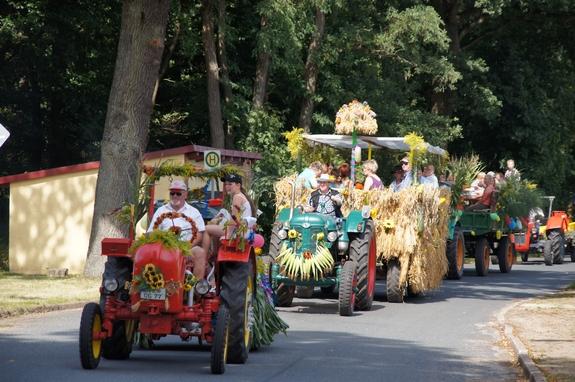 30-Erntefest-Maulbeerwalde-Traktorenparade-durchs-Dorf
