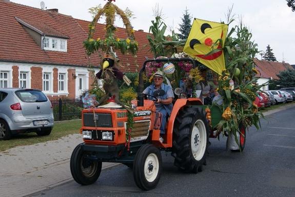 Bunt-geschmueckter-Traktor-mit-Haenger-beim-erntefest-Blandikow-2012-Drachen-und-Ernteschmuck