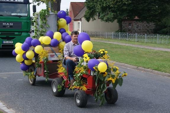 Erntefest-Balndikow-2012-Mini-Traktor-mit-Luftballons-und-Raeucherofen