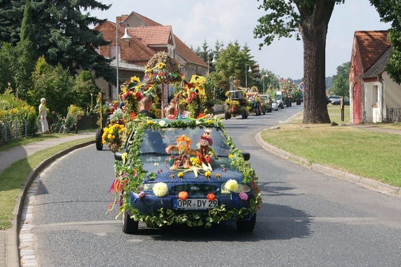 Erntefest-Blandikow-2012-Festumzug-durchs-Dorf-Fahrzeugparade