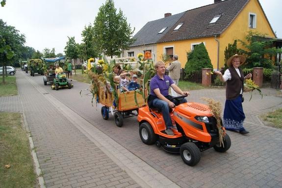 Erntefest-Grabow-2012-Rasenmaehertraktor-mit-Kindern-im-Anhaenger