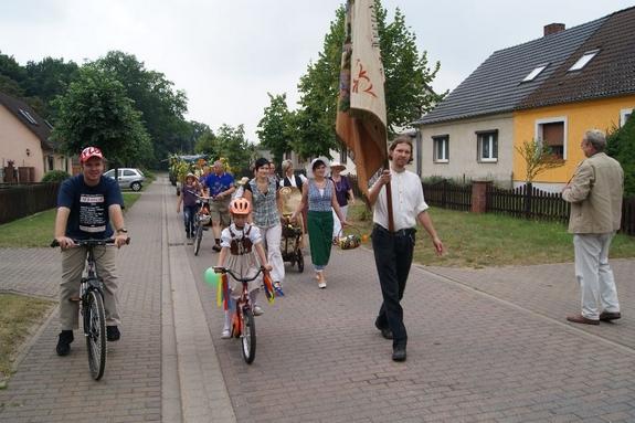 Grabower-Ortsvorsteher-Krause-mit-fahne-beim-Erntefestumzug-2012