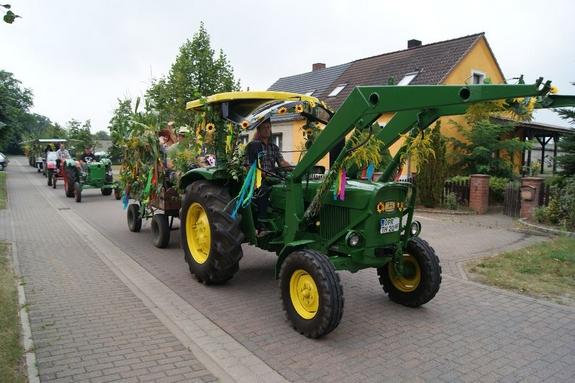 Traktorenparade-durch-neu-undAlt-Grabow-Erntefest-2012