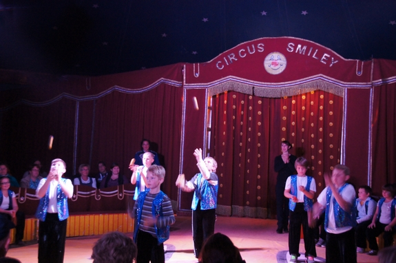 Zirkusvorfuehrung-Jonglieren-mit-Baellen