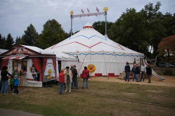 Zirkuszelt-auf-Schulhof-Heiligengrabe