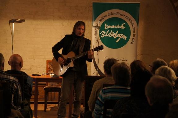 Dirk-Zoellner-singt-und-spielt-Gitarre-in-Heiligengrabe