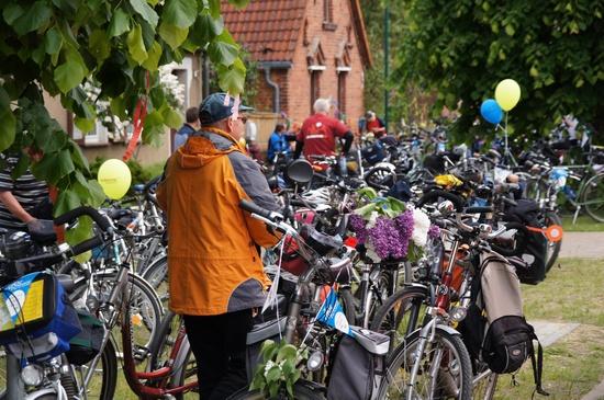 Fahrraeder-bei-Mittagspause-Tour-Etappe-1-in Wutike