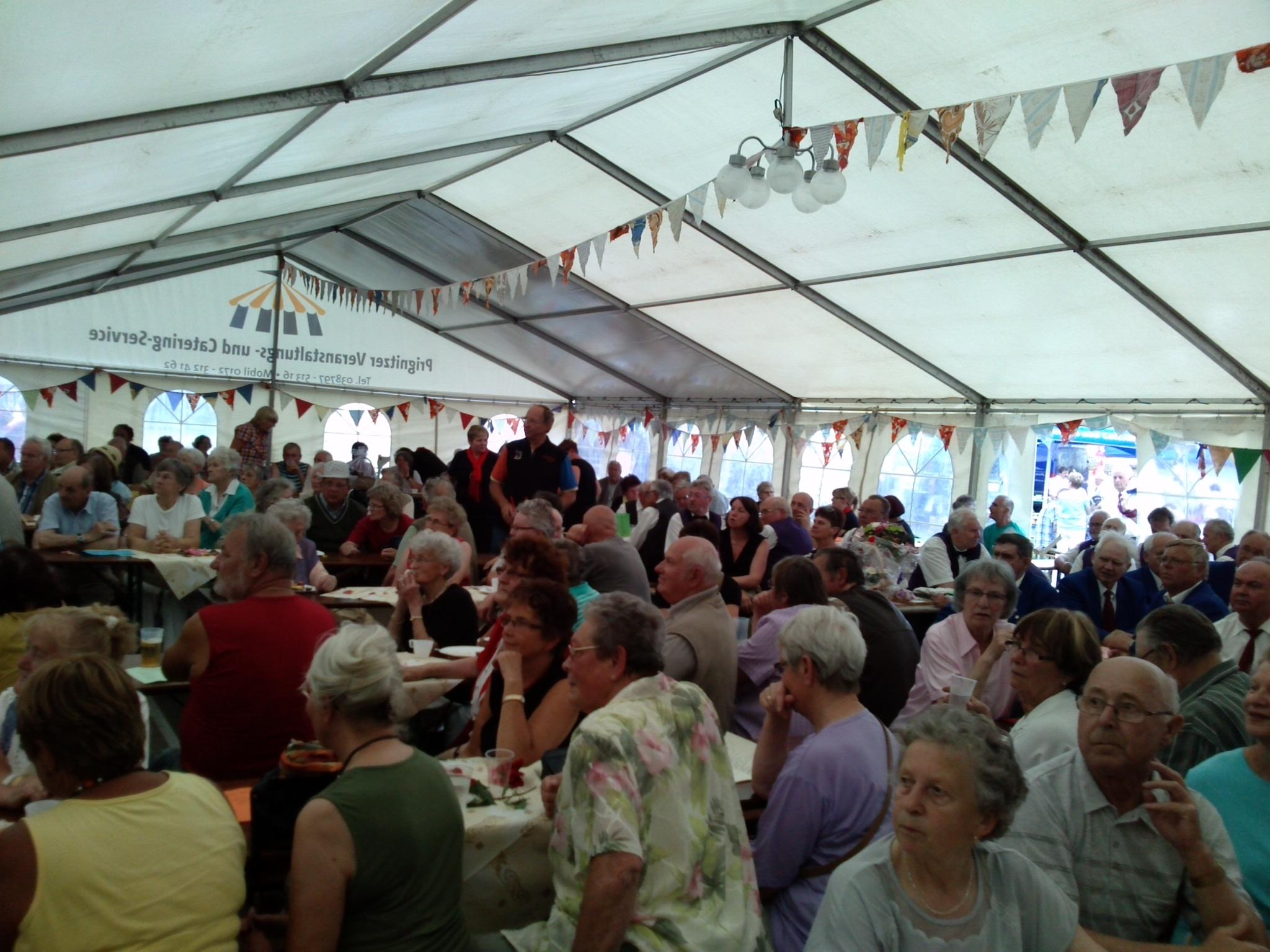 Gefuelltes-Festzelt-beim-Chortreffen-und-Dorffest-Heiligengrabe-2013