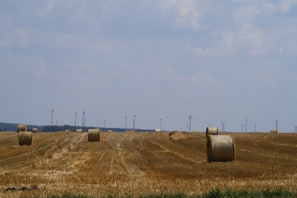 Strohballen vor Windkraftanlagen im Juli 2010 - Gemeinde Heiligengrabe